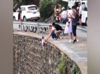 Απαράδεκτος πατέρας, κρατάει το μικρό αγόρι κρεμασμένο σε γκρεμό για να το βγάλει φωτογραφία